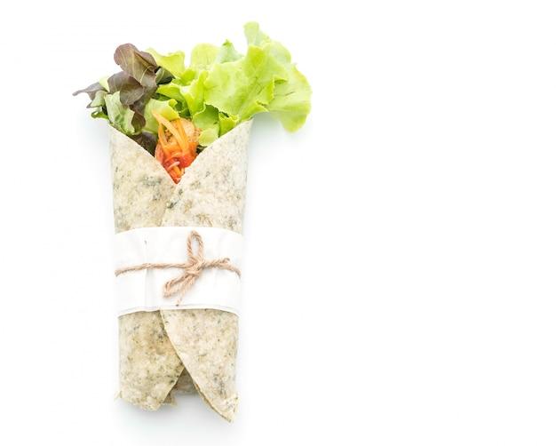 Rouler le rouleau de salade au poulet et aux épinards