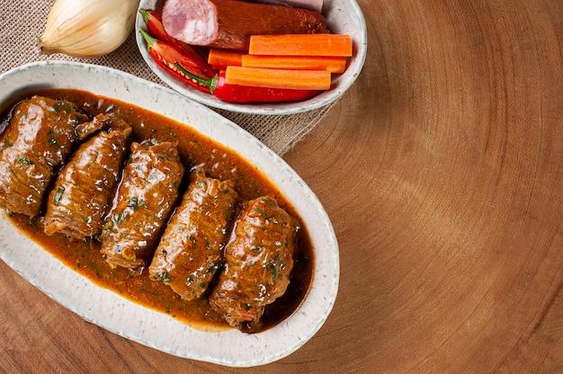 Rouler le steak dans une délicieuse sauce tomate. vue de dessus. copier l'espace
