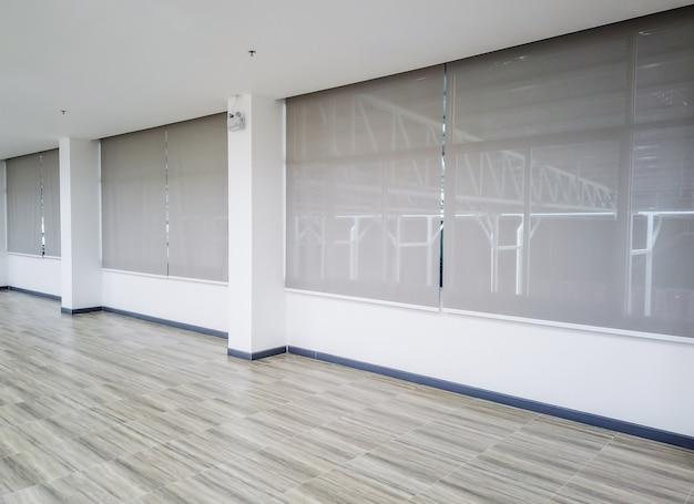 Rouler les stores sur les fenêtres. fenêtre dans les stores intérieurs. belles stores sur la fenêtre