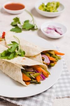 Roulés de légumes sur une assiette