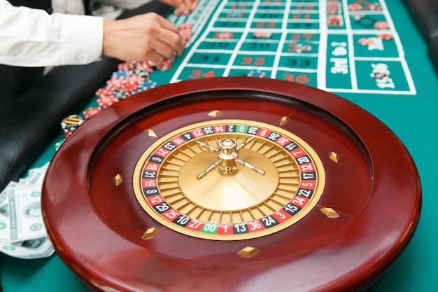 Roulette pour jouer au poker sur le fond de la table avec les joueurs.