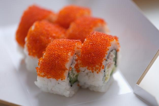 Roulez la californie avec du fromage à la crème en gros plan de caviar de tobiko.
