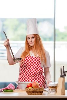Rousse cuisinier travaillant dans la cuisine