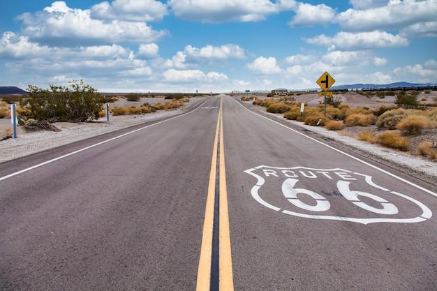Route 66 dans le désert avec ciel scénique. image vintage classique avec personne dans le cadre.