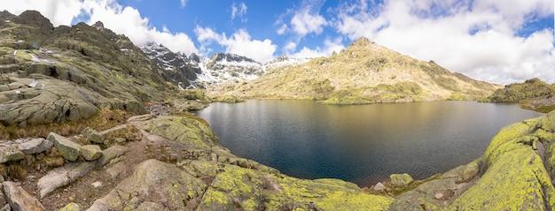 Route d'alpinisme de la plate-forme de gredos au grand lagon. circo de gredos à avila, castille et leon.