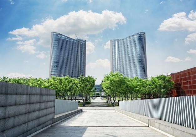 Route avec des arbres en deux bâtiments symétriques