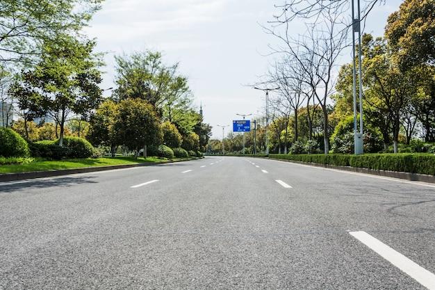 Route d'asphalte dans la ville