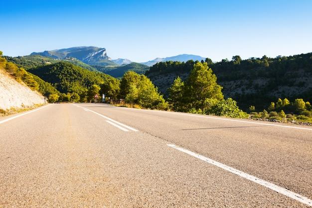 Route d'asphalte à travers les montagnes