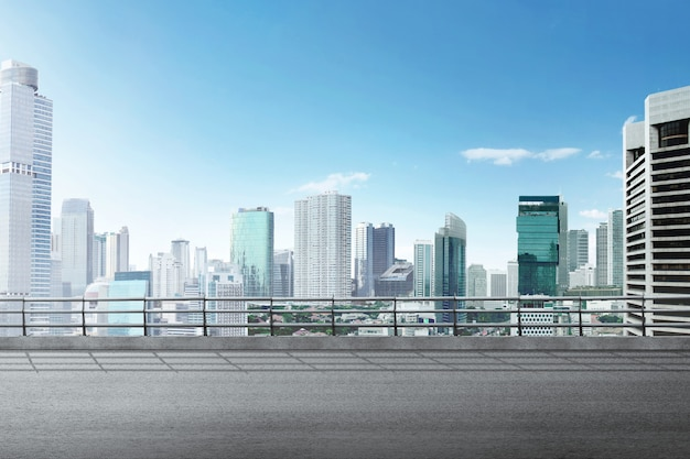 Route asphaltée avec bâtiment moderne et gratte-ciel