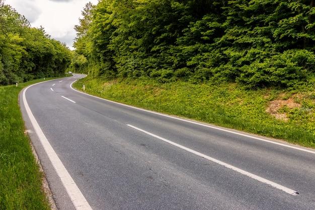 Route asphaltée droite