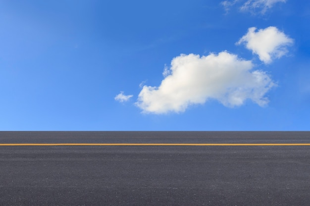 Route asphaltée et fond de ciel