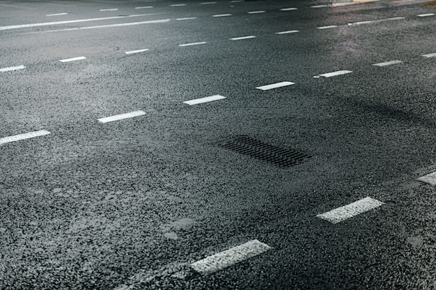 Route asphaltée avec fond de soirée de marquage
