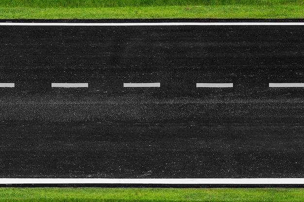 Route asphaltée avec marquage lignes rayures blanches texture fond