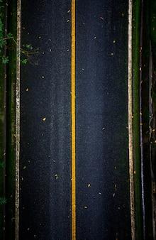 Route asphaltée noire qui ressemble à la vue de dessus avec des lignes droites