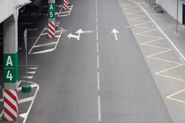 Route asphaltée la route menant à l'entrée du parking de l'hypermarché