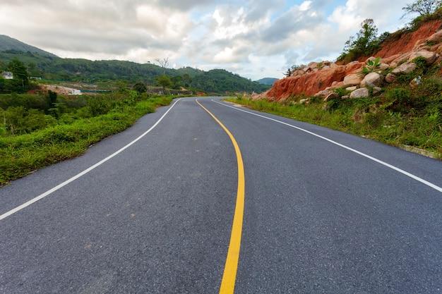 Route asphaltée route vide avec des montagnes