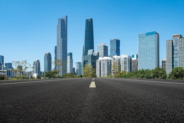Route asphaltée et toits de paysage architectural moderne de la ville chinoise