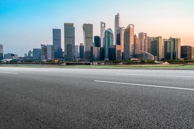 Route asphaltée vide à travers la ville moderne de shanghai, chine
