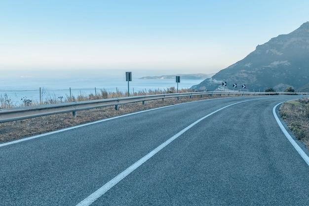 Route au bord de la mer avec un ciel bleu