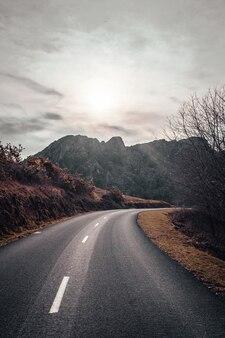 Route au lever du soleil dans la montagne d'aiako harria
