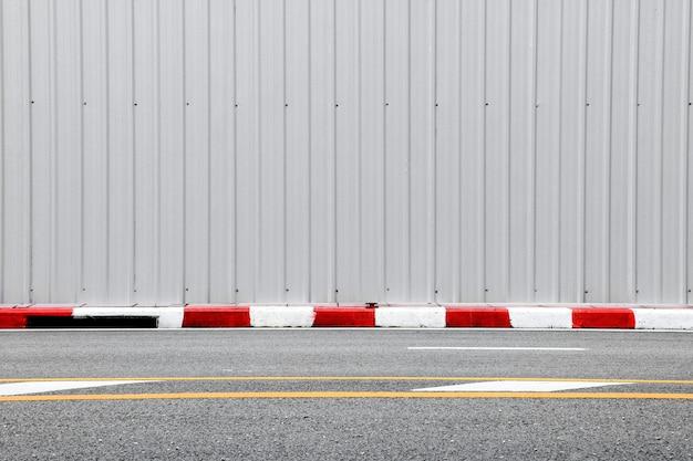 Route bétonnée - trottoir et bordure rouge-blanc