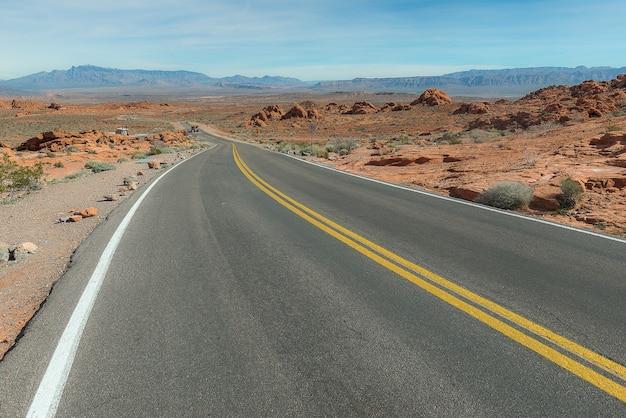 Route de campagne dans le désert