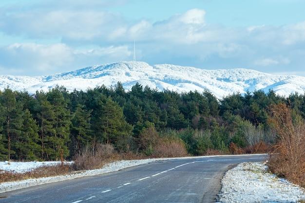 Route de campagne et montagne avec de la neige nouvellement tombée oblast de zakarpattia