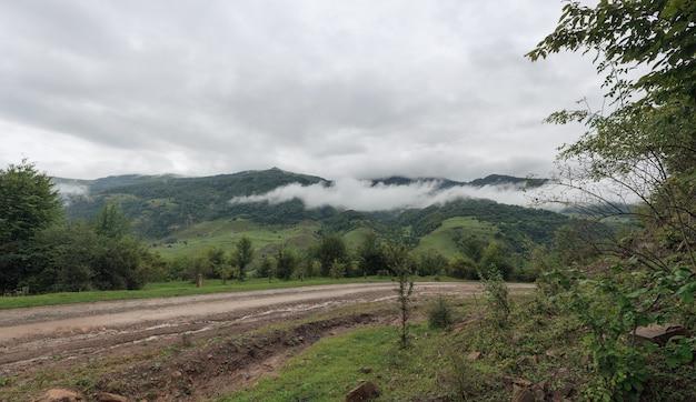 Route de campagne sans asphalte dans les montagnes. photographié dans le caucase, en russie.