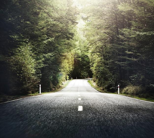 Route de campagne sur le thème de l'automne avec le concept de chaîne de montagnes