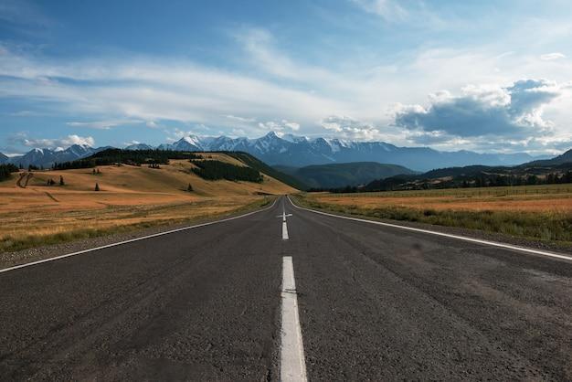 Route chuysky trakt dans les montagnes de l'altaï