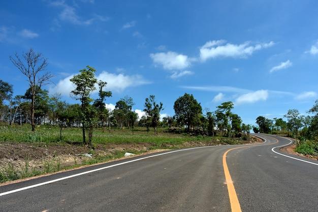Route et ciel bleu