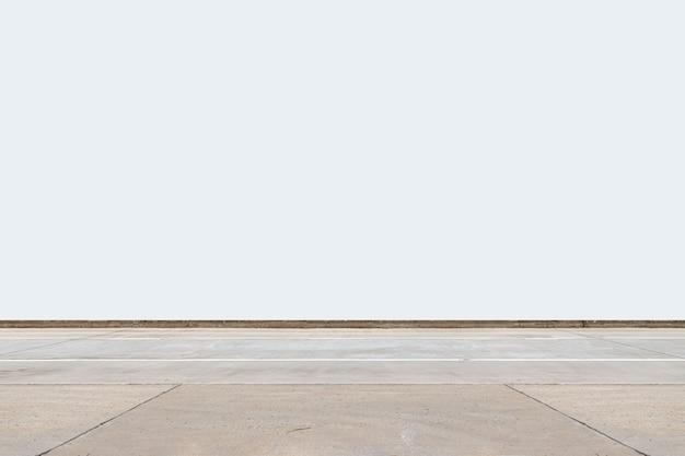 Route de ciment isolé sur fond blanc