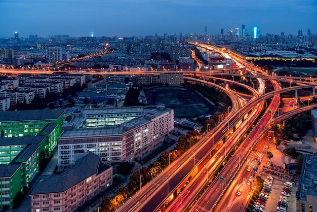 Route de la circulation urbaine avec paysage urbain
