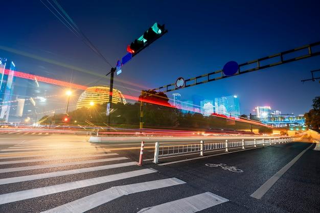Route city nightscape architecture et fuzzy car lights