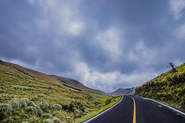 Une route avec des collines brumeuses