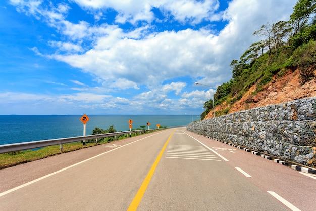 La route côtière avec la mer et le ciel