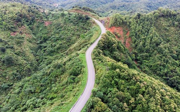 Route courbe asphalte sur montagne