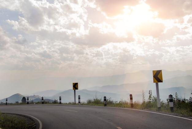 Route courbe supérieure sur la montagne dans une lumière chaude