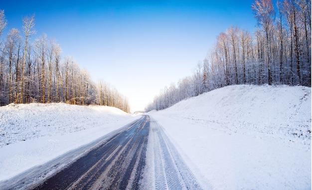 La route couverte de neige en hiver