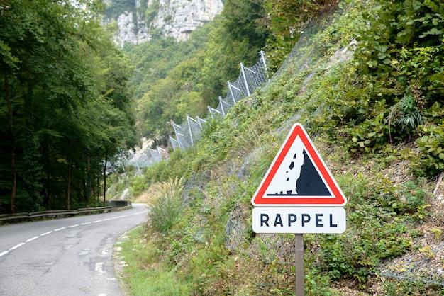 Route dangereuse avec chute de pierre