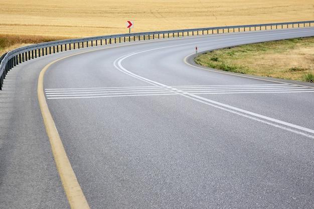 Route dans le champ avec un virage à droite