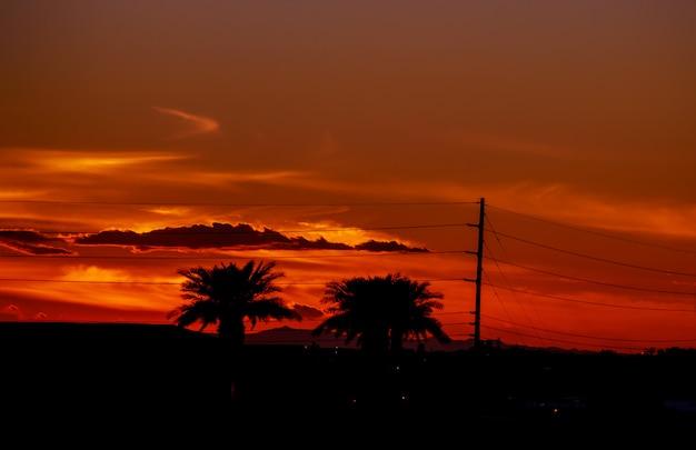 Une route dans un coucher de soleil coloré au texas
