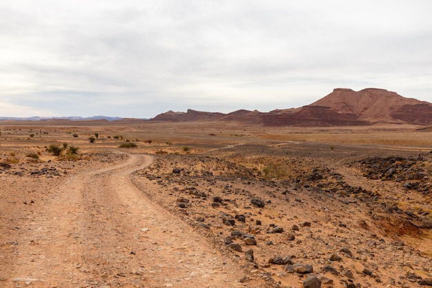 Route dans le désert, désert du sahara, maroc