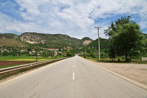 La route dans les montagnes d'albanie