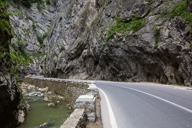 Route dans les montagnes. le canyon de bicaz est l'une des routes les plus spectaculaires de roumanie - cheile bicazului, carpates