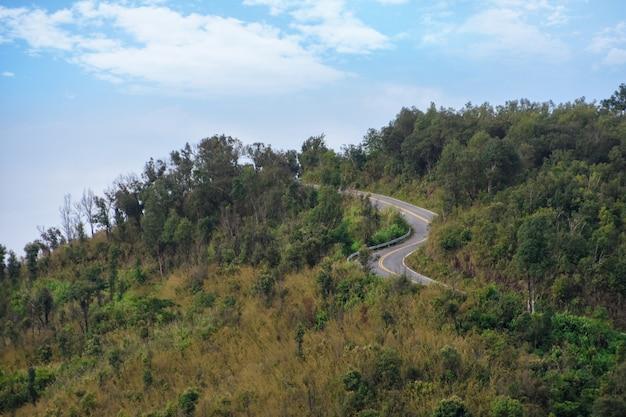 Route dans les montagnes et ciel bleu.