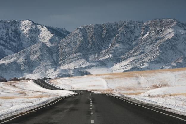 Route dans les montagnes d'hiver. temps ensoleillé.