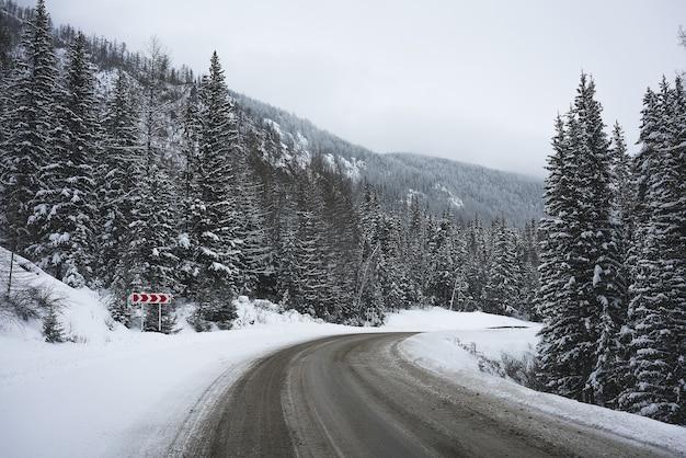 Route dans les montagnes d'hiver. temps nuageux.