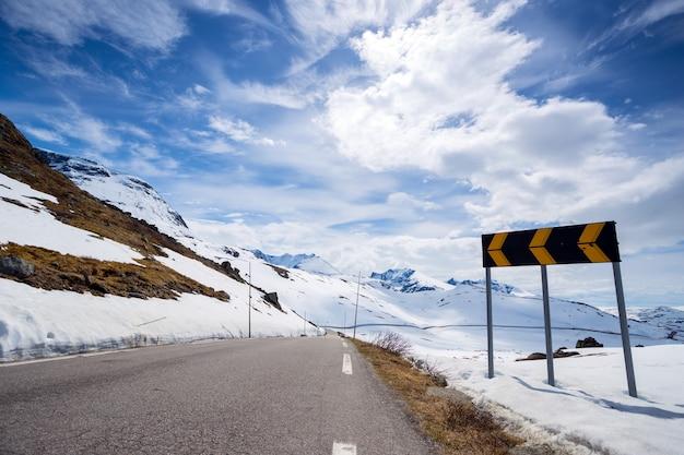 Route dans les montagnes norvégiennes, norvège