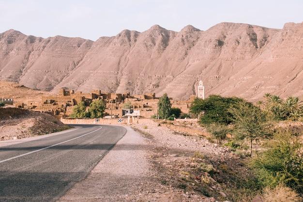 Route dans un paysage désertique au maroc